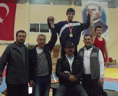 Orhan Gazi güreşte madalyaları topladı