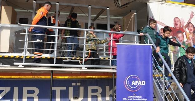 Sapancalı öğrencilere deprem tırında eğitim verildi