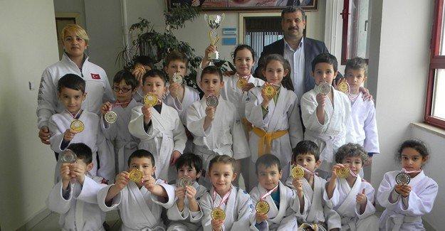 Bahçelievler Gazi İlkokulu madalyaya doymuyor