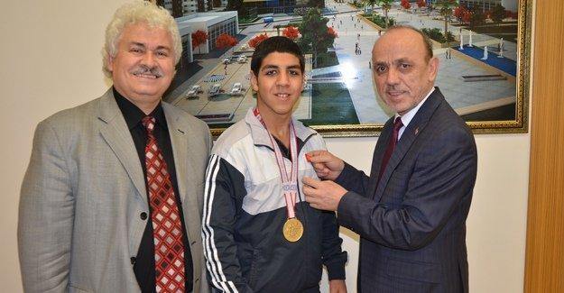 Şampiyona Öztürk'ten altın