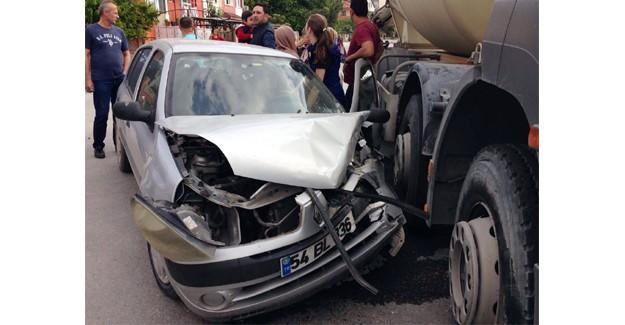 Beton mikseriyle otomobil çarpıştı kadın sürücü şoka girdi