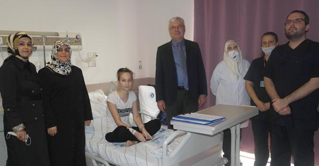AK Partili yöneticiler lösemili çocukları ziyaret etti