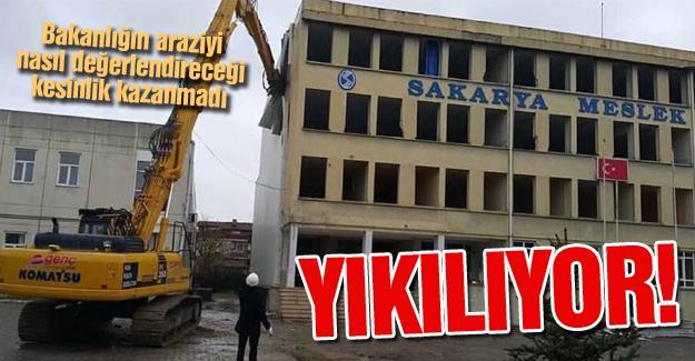 40 yıllık bina yıkılıyor