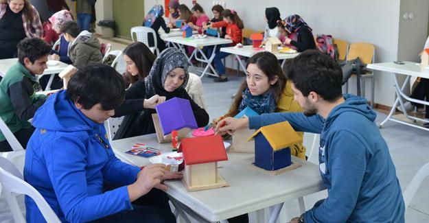 Engelli öğrenciler kuş evlerini boyadı