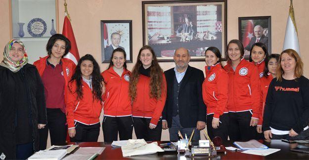 Şampiyon voleybolculardan Başkan Püsküllü'ye ziyaret