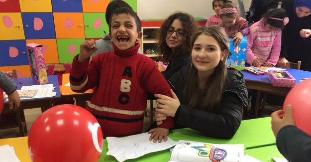 Tes-İş 'li Öğrenciler Suriyeli Çocukları Ziyaret Etti