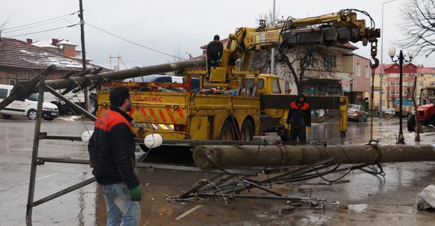 Kocaali'de elektrik direkleri sökülmeye başladı