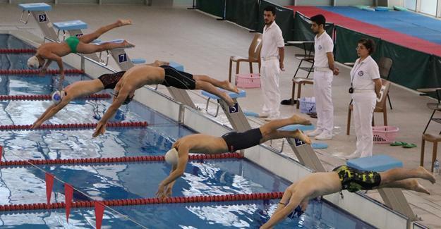 Okullu sporcular yüzdü