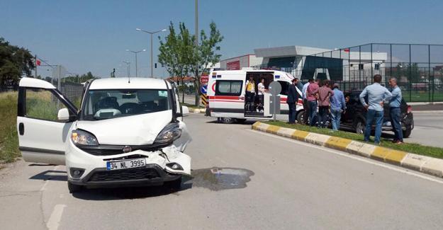 Önünde giden otomobile çarptı 2 yaralı
