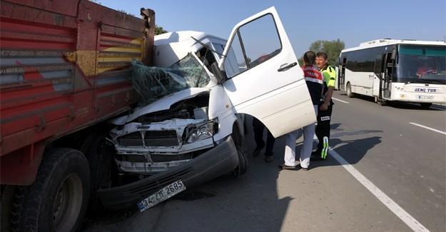 Emniyet şeridindeki kamyona çarptı