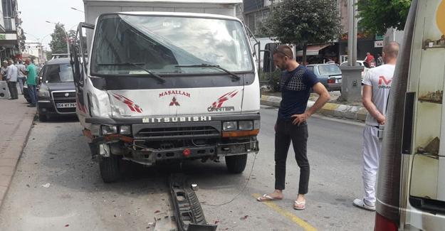 Kontrolden çıkan kamyonet park halindeki 2 araca çarptı