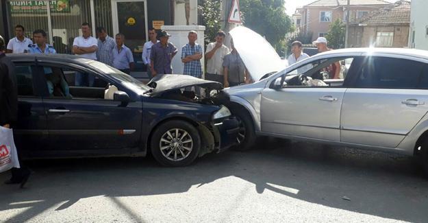 Otomobiller çarpıştı! 3 yaralı