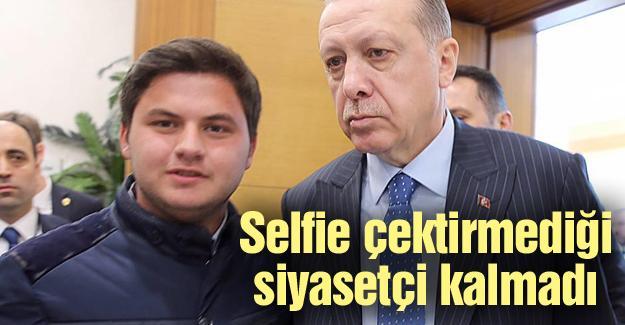 Siyasilerle selfie çekiliyor