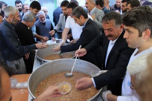 Arifiye Belediyesi'nden aşure dağıtımı