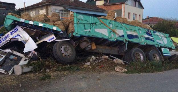 Kontrolü kaybeden saman yüklü kamyon devrildi
