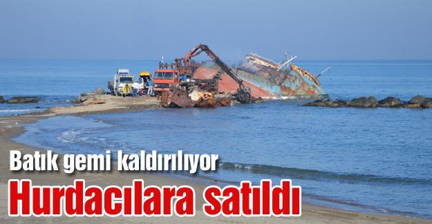 Karasu sahilindeki batık gemi kaldırılıyor