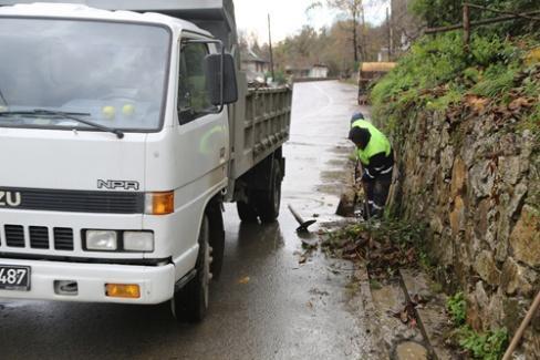 Sapanca'da yağmur suyu kanalları temizleniyor