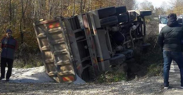 Tarım aracı ile kamyon çarpıştı!
