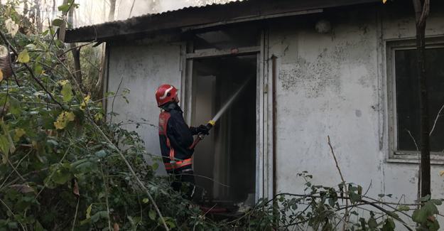 Terk edilmiş prefabrikler yandı