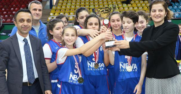 Basketbolun yıldızlarında ödül sevinci