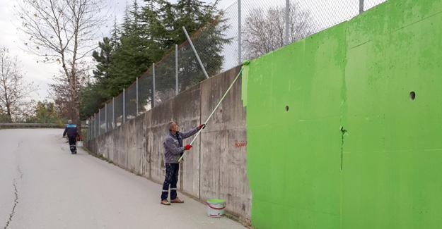 Sapanca'da alt geçitler boyanıyor