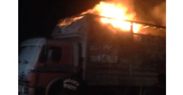 Kumaş yüklü kamyon alev alev yandı