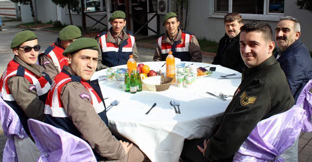 Arifiye Belediyesi'nden askere moral yemeği