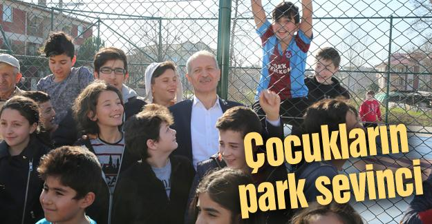 Başkan Dişli yeni yapılan parkta çocuklarla tenis oynadı