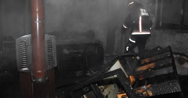 Çıkan yangında ev kullanılamaz hale geldi