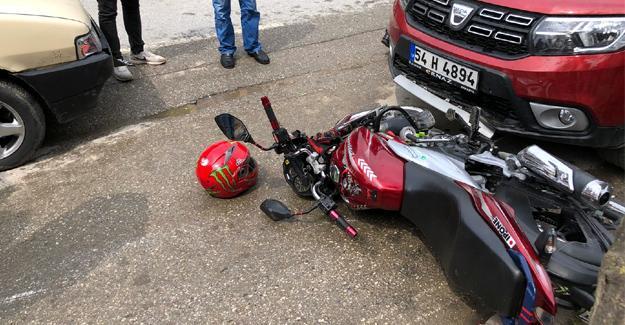 Kontrolsüz yola çıkan otomobil motosiklete çarptı