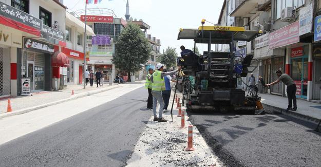 Çarşı içinde alt yapısı biten yollar asfaltlanıyor