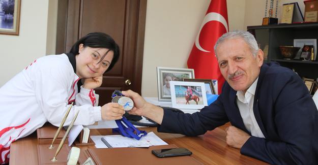 Milli yüzücüden Başkan Dişli'ye ziyaret