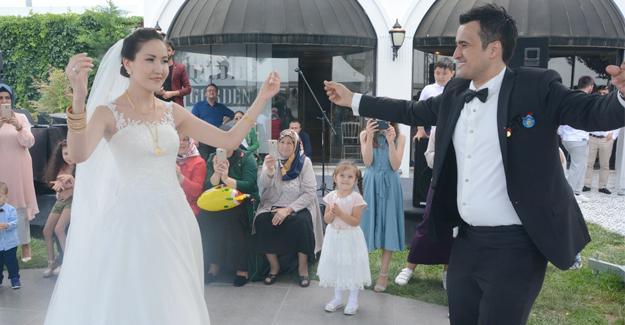 Kazakistanlı geline davul zurnalı düğün