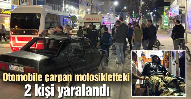Otomobile çarpan motosikletteki 2 kişi yaralandı