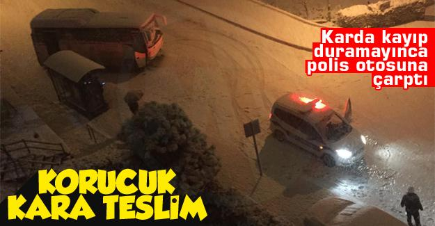 Karda kayıp duramayınca polis otosuna çarptı