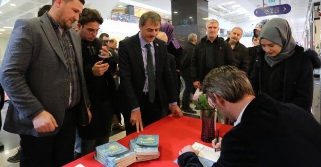 Başkan Alemdar'dan Sakaryalı yazara imza günü ziyareti