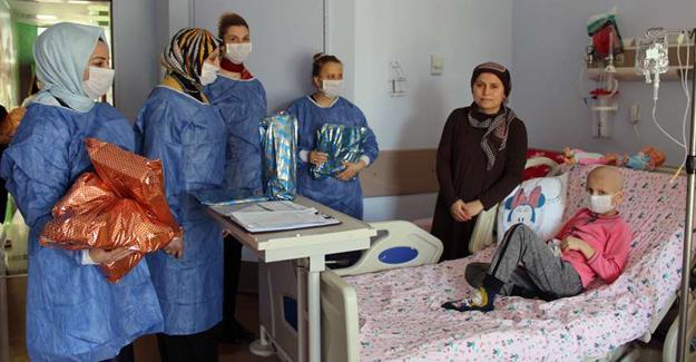 Durmuş'tan hastanedeki çocuklara 23 Nisan ziyareti