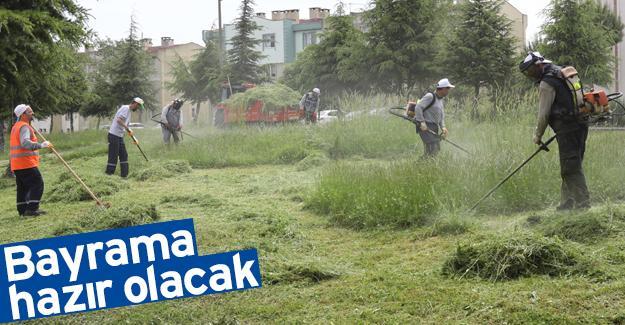 Adapazarı'nda park ve bahçeler temizleniyor
