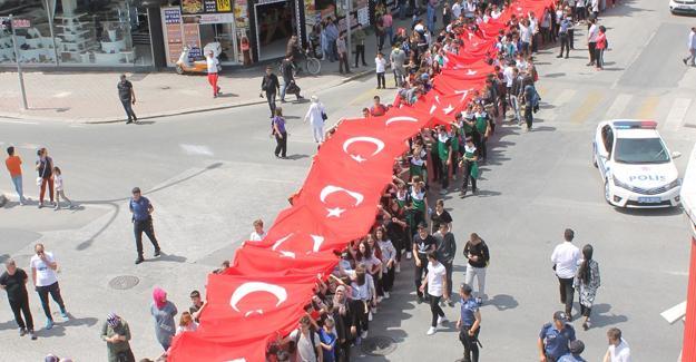 Gençler 103 metrelik Türk bayrağı ile yürüdü