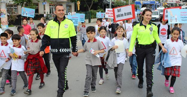 """Öğrencilerden """"Trafikte Farkındalık"""" yürüyüşü"""