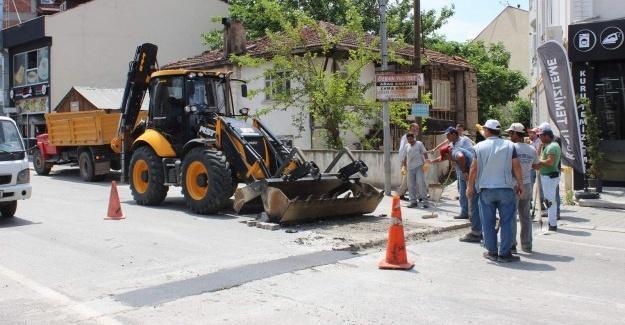 Arifiye'de bozulan yollar hızla onarılıyor