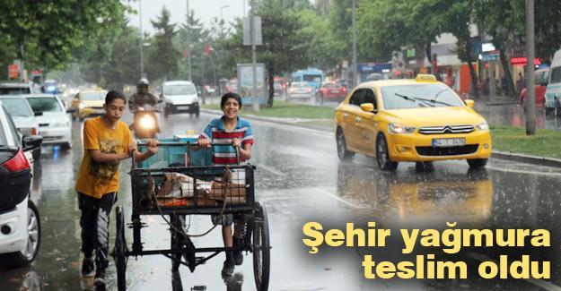 Şehir yağmura teslim oldu