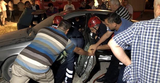 Araç içerisinde sıkışan sürücüyü itfaiye kurtardı