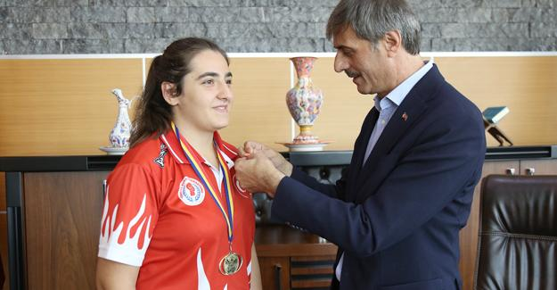 Avrupa şampiyonu boksörden Alemdar'a ziyaret