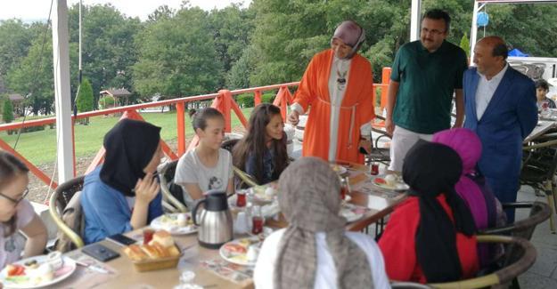 Yaz kursundaki öğrencilere kahvaltı etkinliği
