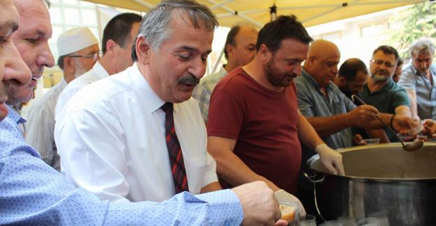 Arifiye Belediyesi vatandaşlara aşure ikram etti