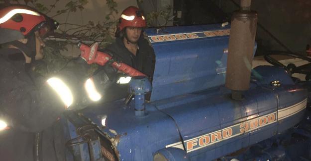 Kontağı açık unutulan traktörde yangın çıktı