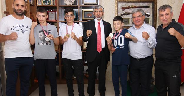 Minik şampiyonlar İl Müdürü Özsoy'u ziyaret etti
