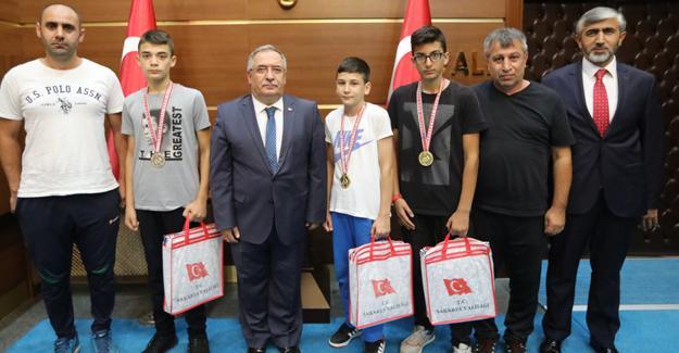Şampiyon Kick Boksçular başarılarını Vali Nayir ile paylaştı