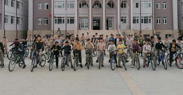Okula bisikletle gelip gidiyorlar